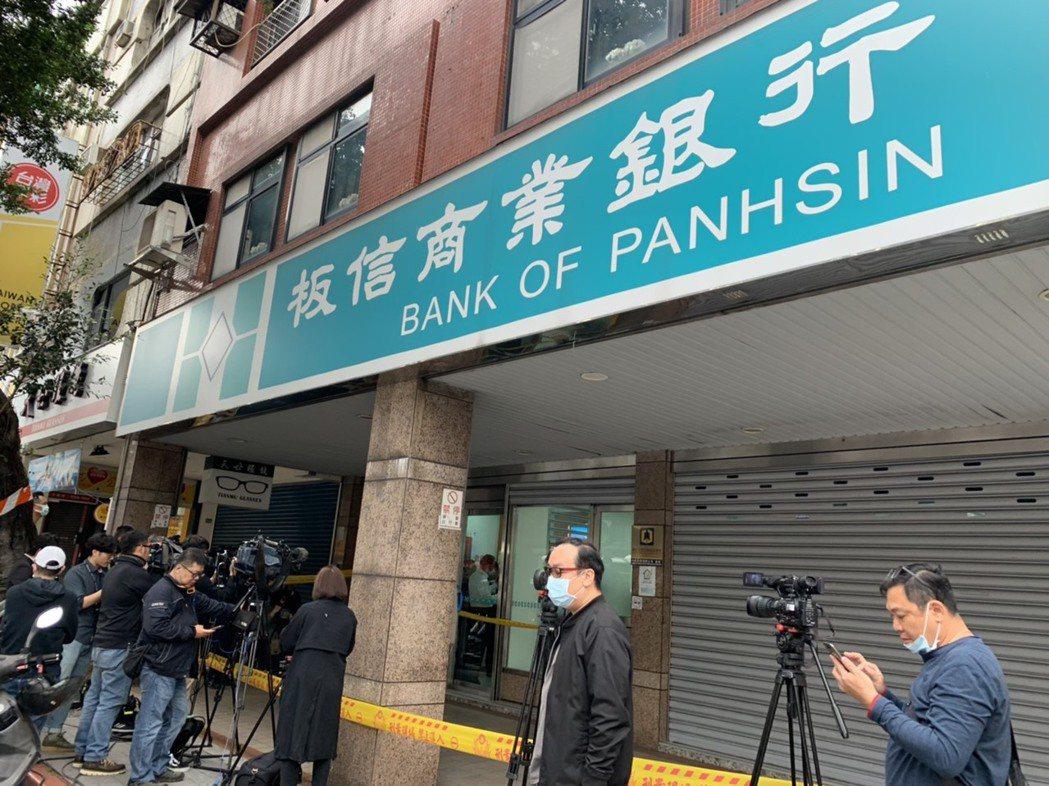 歹徒行搶中山區北安路銀行,警方迅速趕到現場。記者蕭雅娟/攝影