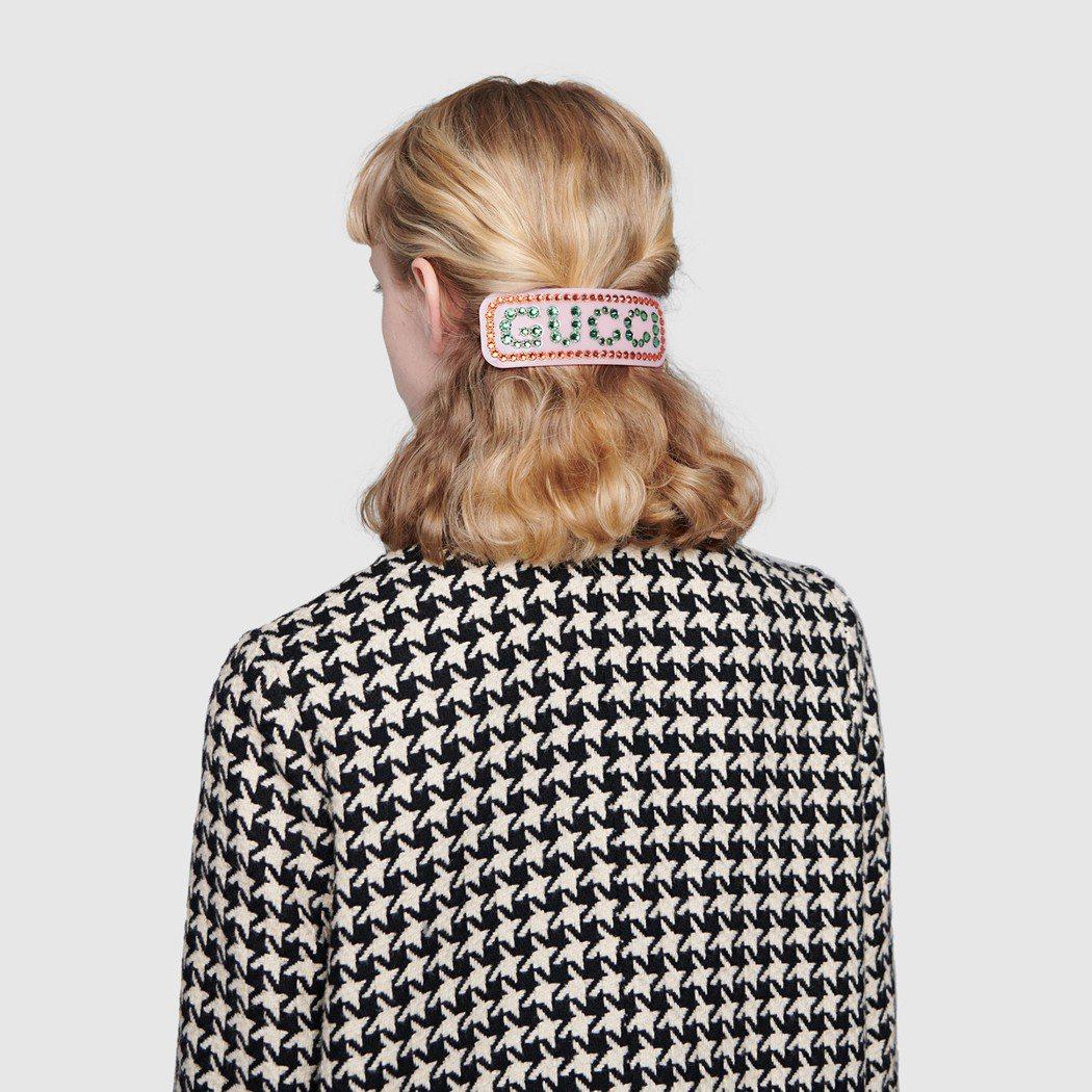 GUCCI字樣的髮夾,懷舊的樣式搭配水鑽點綴,很有品牌一貫喜愛的書卷味復古風情。...