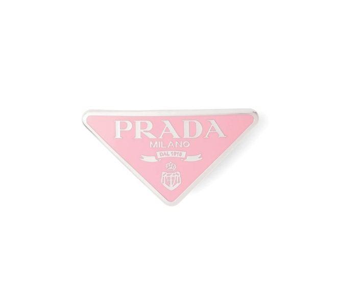 PRADA把經典的三角Logo標誌變成髮夾,除了百搭的黑、白色之外,還有粉紅、紅...