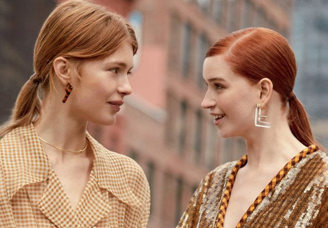 FENDI今年春夏推出FF Earrings耳環飾品,使用塑膠玻璃材質及金色金屬...