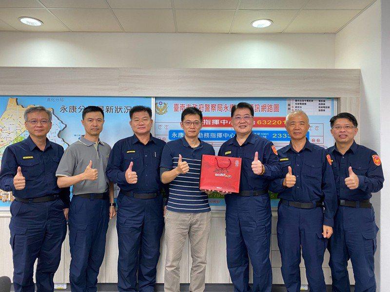 台南永康警分局長呂世民代表分局慰問承辦設置第二辦公室員警。圖/警方提供