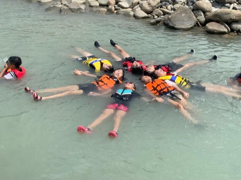 嘉義縣中埔鄉的「築夢森居」的樹攀體驗及季節限定的水上漂漂河吸引許多親子報名旅遊。圖/嘉義縣政府提供