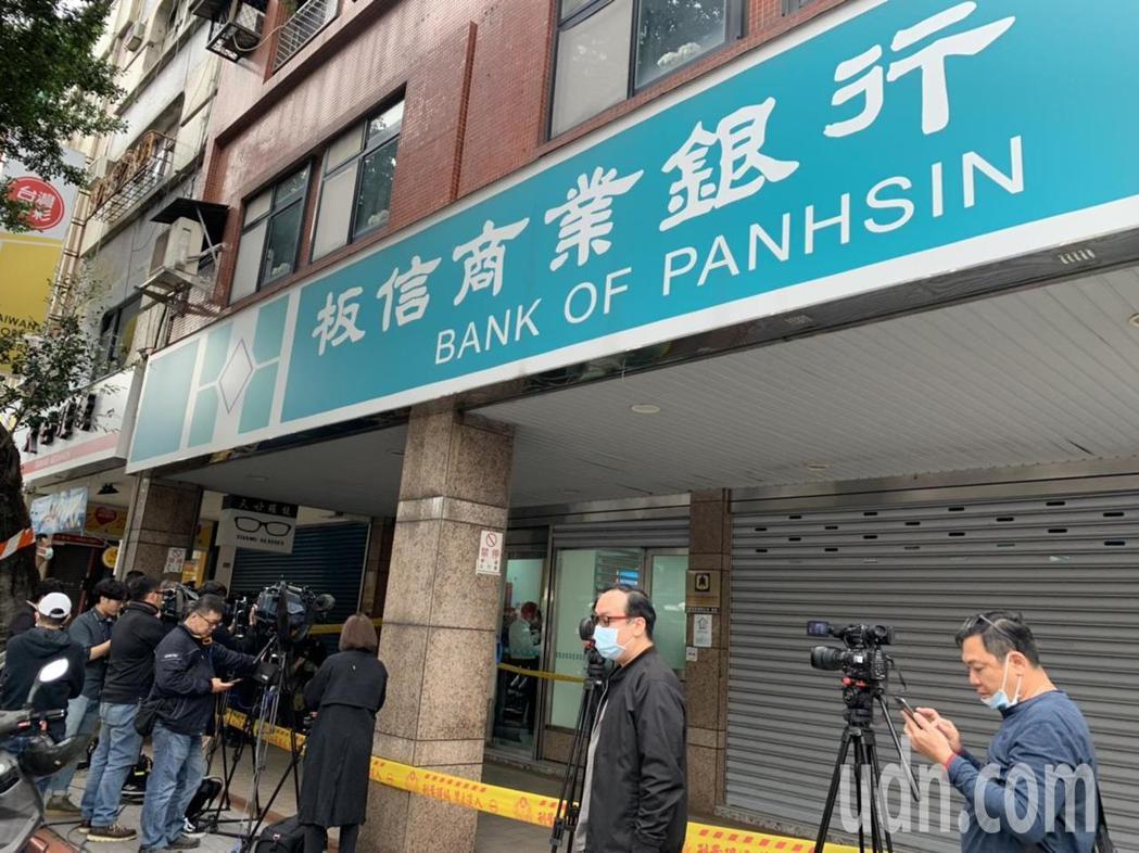 台北市北安路板信銀行遭歹徒行搶,警方趕到現場。記者蕭雅娟/攝影