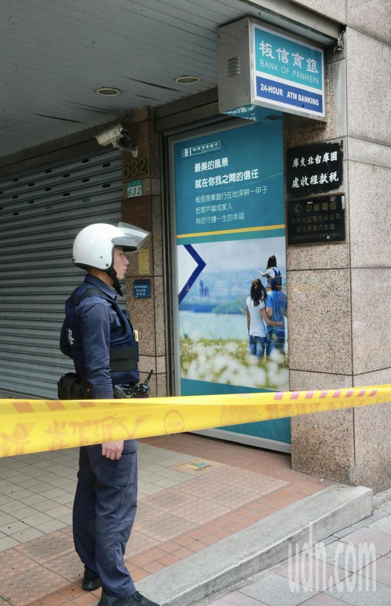 台北市大直北安路的板信商銀遭搶,警方封鎖現場。記者黃義書/攝影