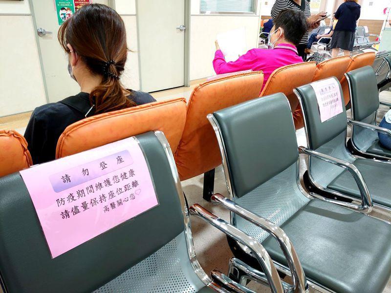 高醫今起候診區改採梅花座,避免相互感染。圖/高醫提供