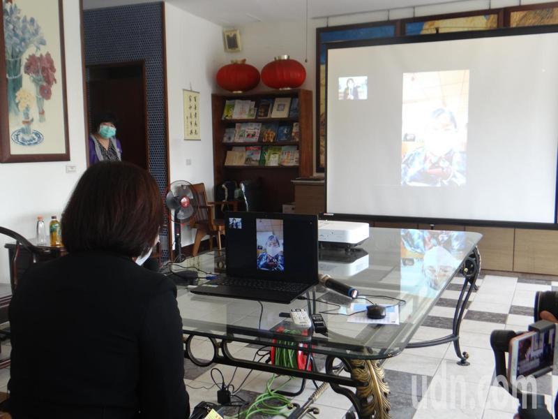 雲林縣將對老人機構實施視訊探視,縣長張麗善和一名老阿視訊對話,相談甚歡。記者蔡維斌/攝影