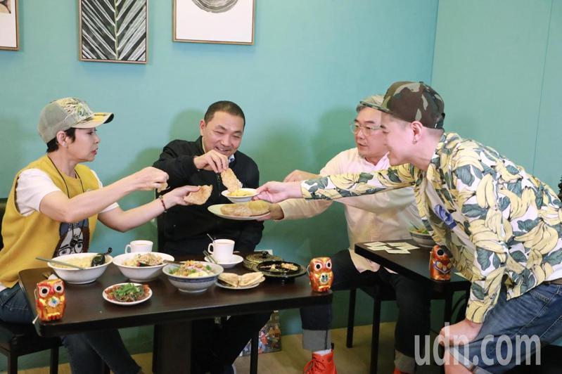 新北市長侯友宜與美食家焦志方一同介紹各式滇緬小吃,推廣新華街商圈各式南洋美食。記者胡瑞玲/攝影