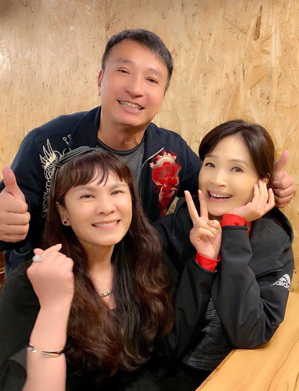 方季惟(右起)邀來好友王中平、凃佩岑跨刀。圖/尚時代文創娛樂工作室提供