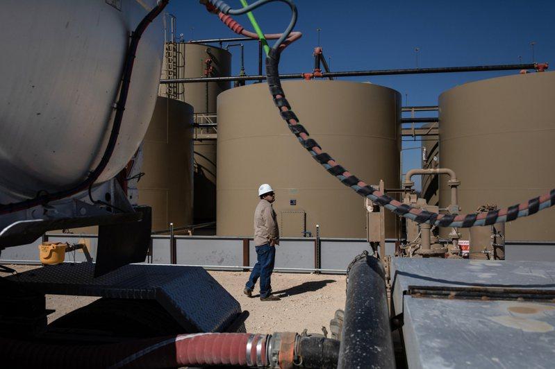受新冠疫情及沙俄兩國石油戰影響,國際原油價格3月30日在亞洲交易時段早盤跌至17年來最低點,西德州中級原油期貨每桶不到20美元。圖為德州米德蘭市Parsley能源公司。紐約時報