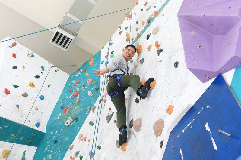 宜蘭市長江聰淵在眾人驚呼聲中,完成攀岩初體驗,邀請大家也一起來挑戰自己的極限。 圖/市公所提供