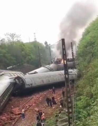 山東濟南前往廣州的T179次火車今午行經湖南郴州路段時側翻。(新浪微博照片)