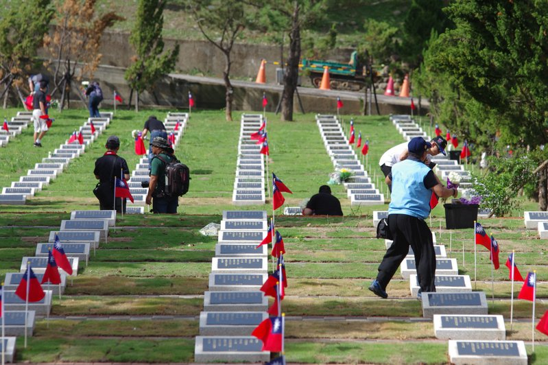 107年10月,王立楨、田定忠發起碧潭空軍公墓插旗活動,獲得不少航迷響應。記者程嘉文/攝影