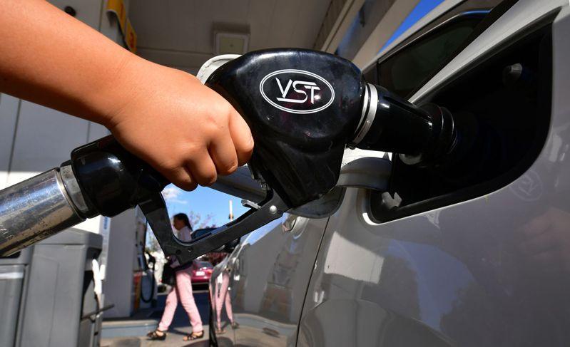 國際油價30日延續上周頹勢,早盤紐約原油期貨價格更驚見1字頭價位。法新社