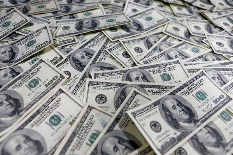 Dealogic數據顯示,3月以來全球「投資級」公司發債規模激增至2,440億美元,為去年9月至今單月最高總發行量。 路透