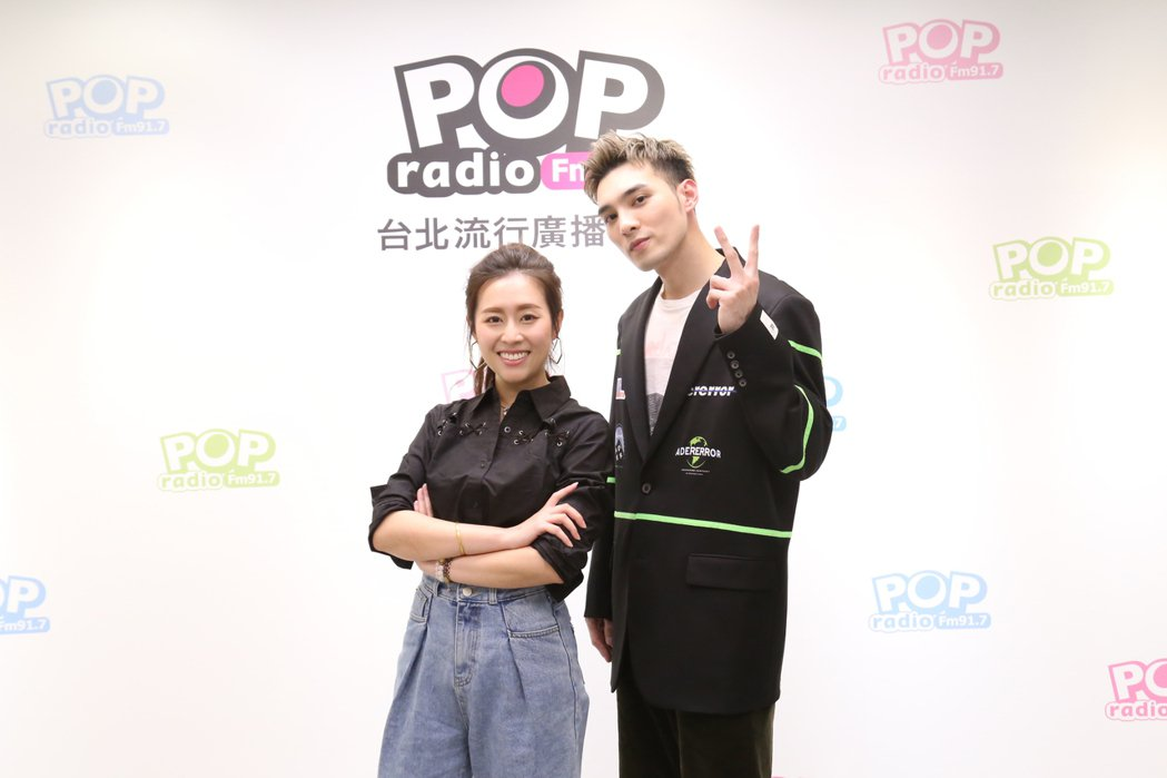 黃偉晉(右)接受DJ Emily訪問。圖/POP Radio提供