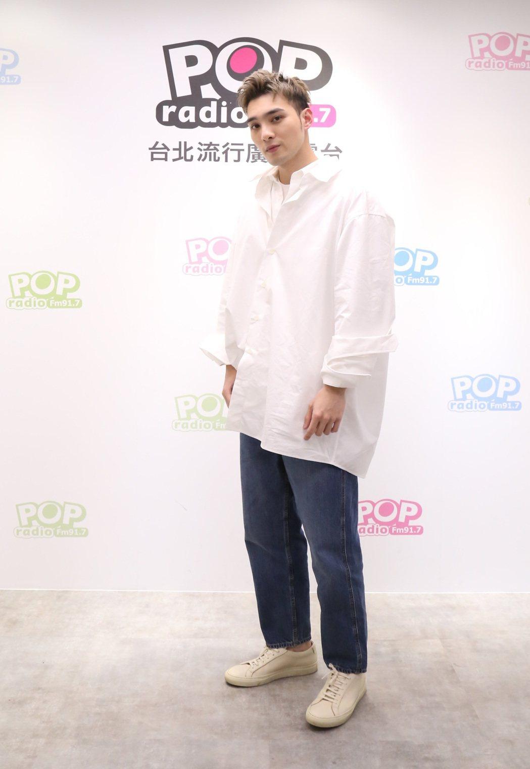 黃偉晉推出個人EP「背光旅行」。圖/POP Radio提供