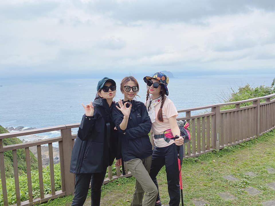 Hebe(中)過37歲生日,與好姐妹Ella(左)、Selina爬山慶祝。圖/摘