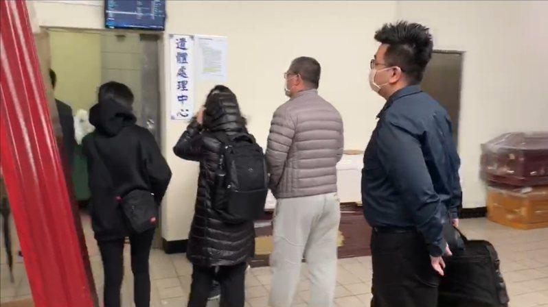 劉男的家人在中華民國兒童權益促進會理事長王薇君、律師陪同下到殯儀館,檢察官也到場。記者鄭國樑/攝影