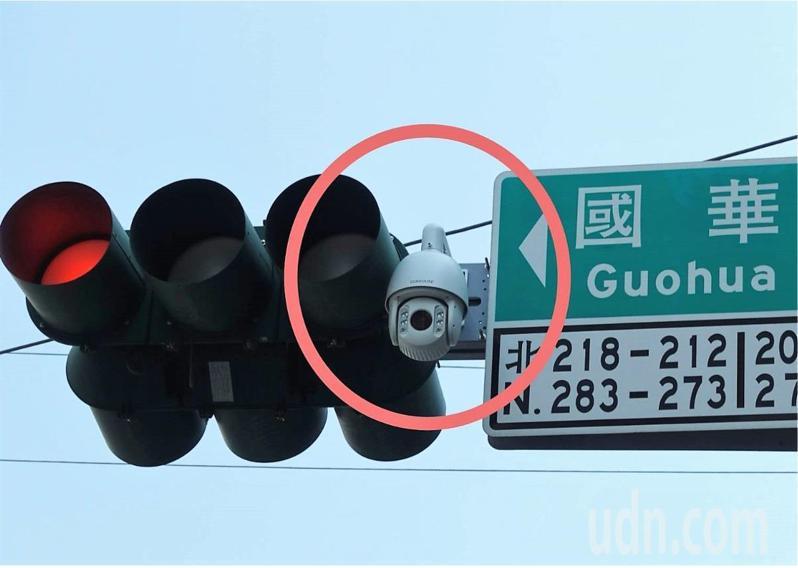嘉義市中山路4月1日開始科技執法,只要並排停車、紅黃線違停、占用公車停靠處等違規,24小時攝錄開罰。記者卜敏正/攝影