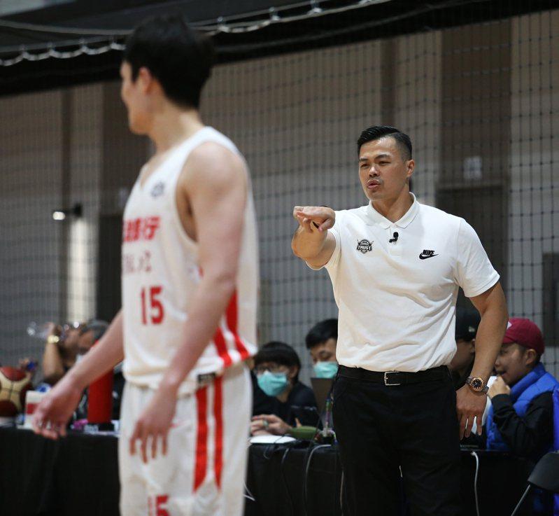 台銀隊主帥陳國維(右)。圖/中華籃球協會提供