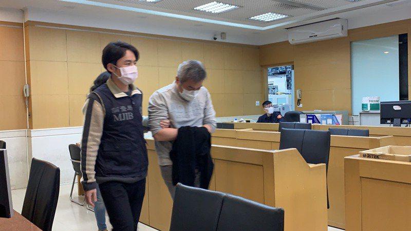 檢方訊後依涉犯證交法等罪向法院聲押禁見遠航董事長張綱維。記者賴佩璇/攝影。