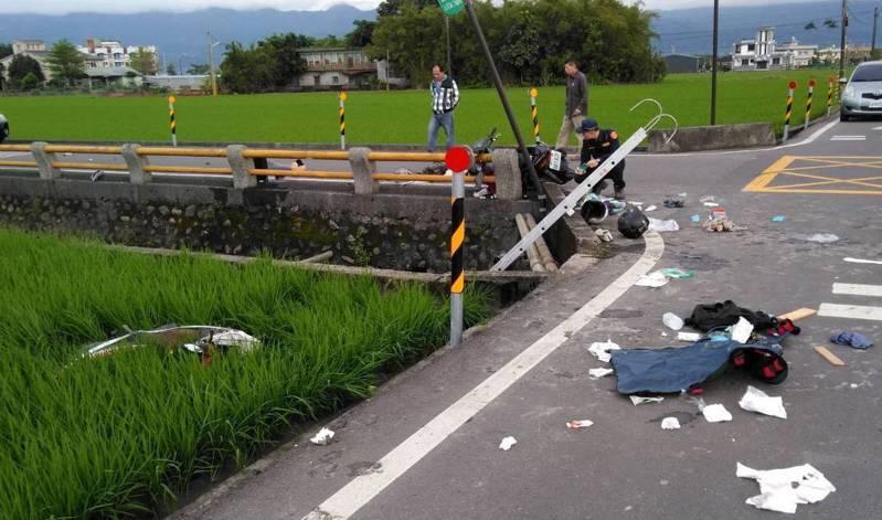 宜蘭壯圍鄉機車對撞車禍力道之大,造成一輛機車噴飛掉入田裡,零件四散。 圖/警方提供