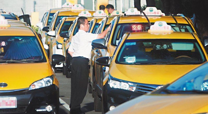 小黃、遊覽車司機有望領3萬補助,車貸也以延後為原則。圖/聯合報系資料照片