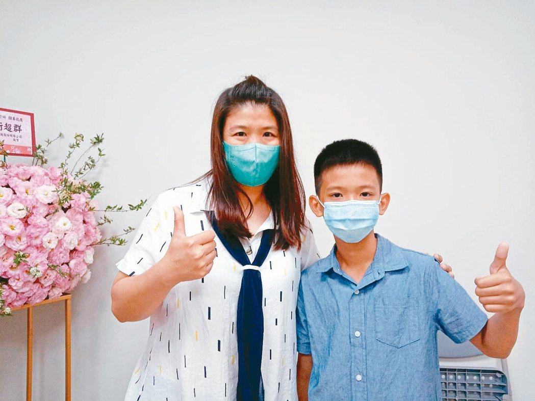 9歲宋小弟弟因長不高且喜歡站三七步,母親(左)帶他到醫院檢查,原來是脊椎側彎造成...