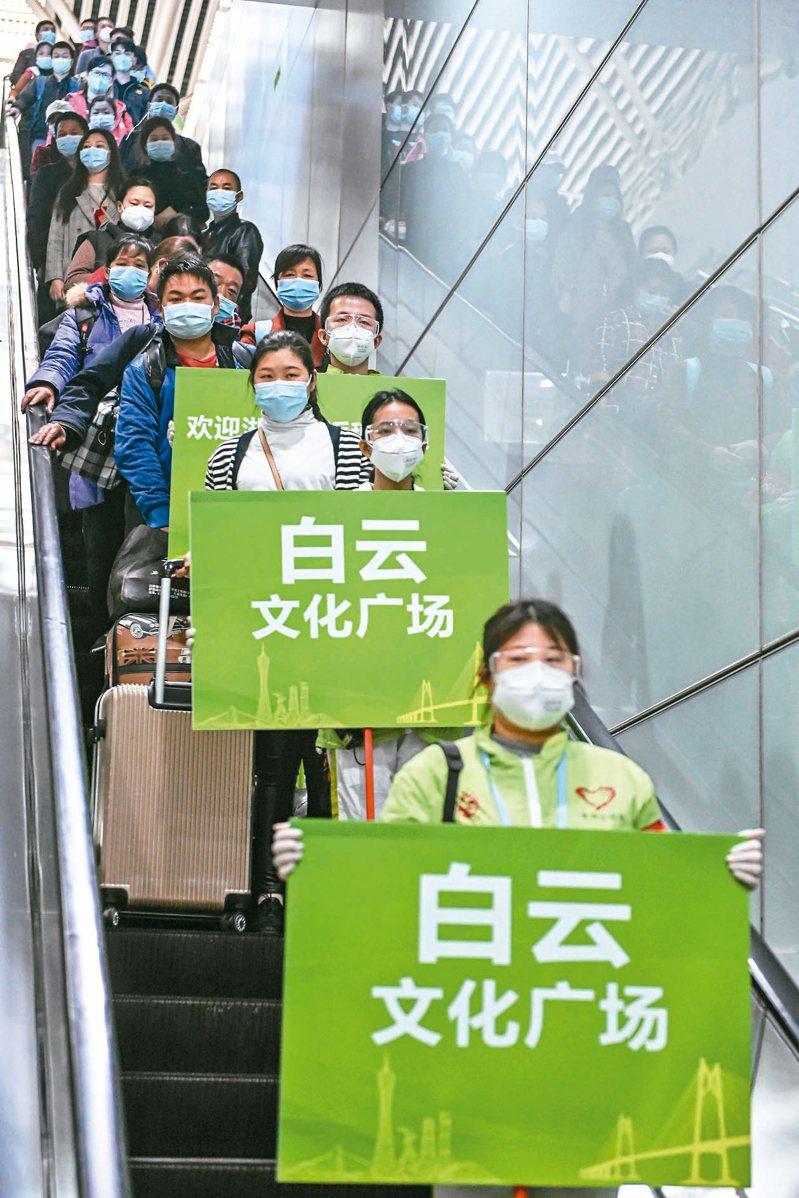 556名湖北籍務工人員乘「點對點」高鐵專車專列抵達廣州南站。並乘坐「點對點」大巴返回廣州、深圳兩地的工廠復工。 中新社