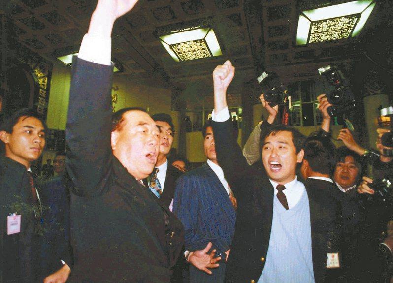 一九九三年國大臨時會,當時行政院長郝柏村(左二)在台上遭民進黨國代包圍,舉臂高喊「中華民國萬歲」。 圖/聯合報系資料照片