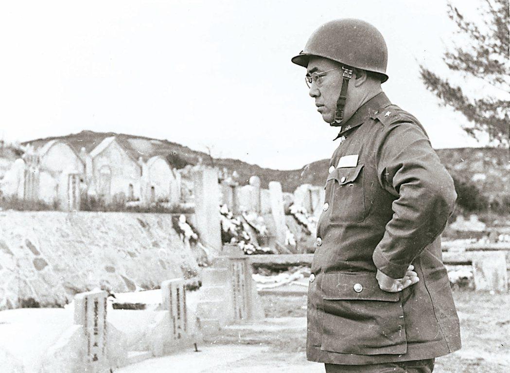 八二三砲戰後,郝柏村在小金門憑弔砲戰中捐軀的袍澤。 圖/郝柏村提供