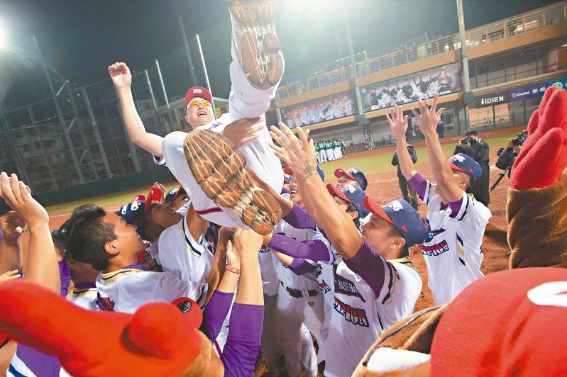 大專棒球聯賽,開南奪冠,全隊將總教練郭李建夫拋起慶祝。 記者季相儒/攝影