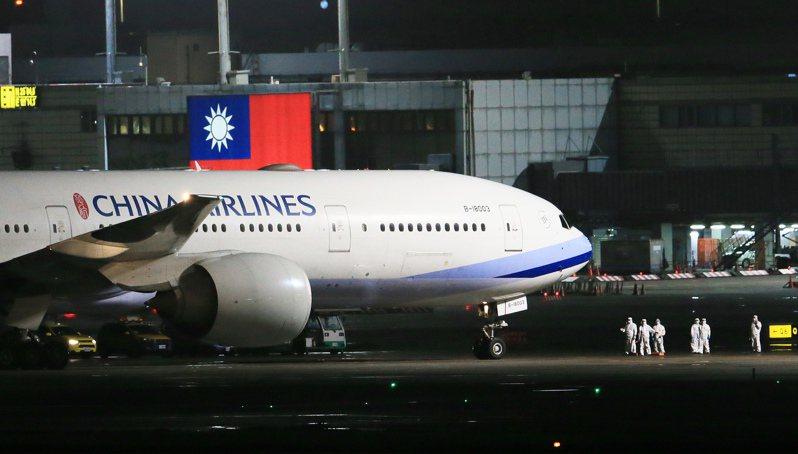 華航第二架接返滯留湖北台灣民眾的類包機昨晚抵達桃園機場。記者潘俊宏/攝影