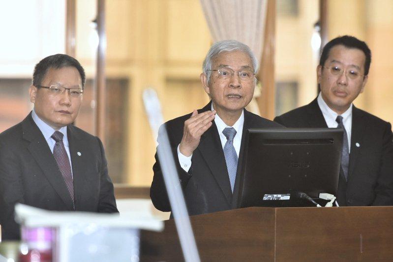 中央銀行總裁楊金龍(中)表示,台灣未來還有降息的空間,但不會變成負利率。圖左為財政部長蘇建榮、右為金管會主委顧立雄。 記者林伯東/攝影
