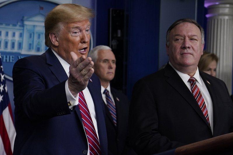 除美國國務卿龐培歐(右)外,美國總統川普(左)日前曾多次使用「中國病毒」來稱呼新冠病毒。 美聯社
