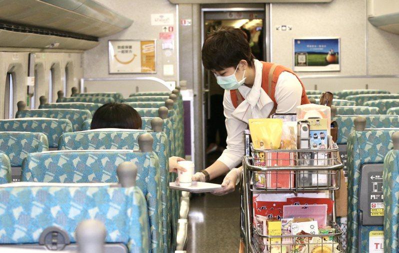 高鐵4月1日起,配合防疫新措施,將全面量測體溫,4月7日起不提供咖啡丶紅茶等熱飲服務。記者林俊良/攝影
