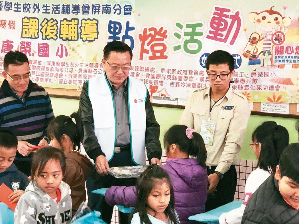 王豪餘(後排左)熱心公益,曾協助推動點燈計畫,幫助偏鄉學生。 王豪餘/提供