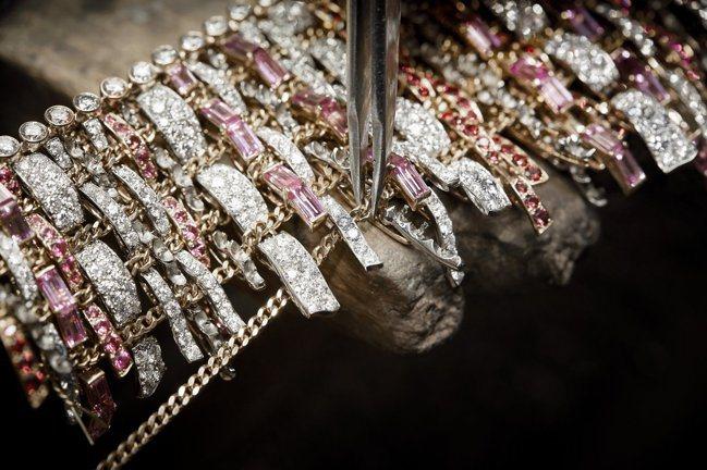 香奈兒頂級珠寶TWEED COUTURE項鍊共有980個鉸接處,每一個鉸都需耗1...