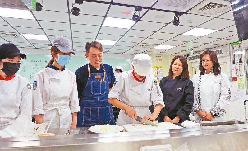 城市科大餐管系邀請五星級師傅高鈺龍(左3)教導學生學習日本料理課程,民生學院院長蕭靜雅(右2)與主任馬嘉軉(右1)關心學生,期許學生擁有就業力。 圖/台北城市科技大學提供