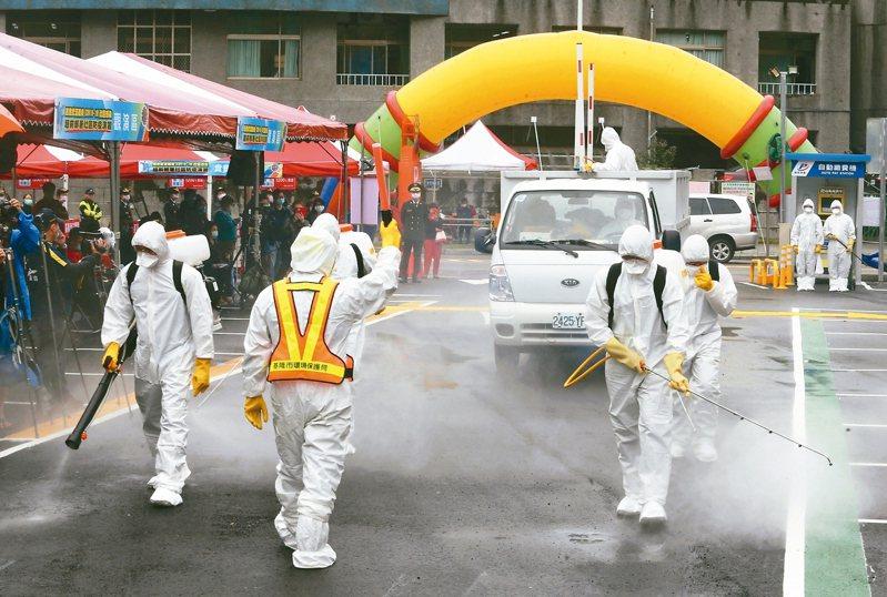 基隆市今天舉行新冠肺炎超前部署社區防疫演習,圖為模擬社區消毒。 記者胡經周/攝影