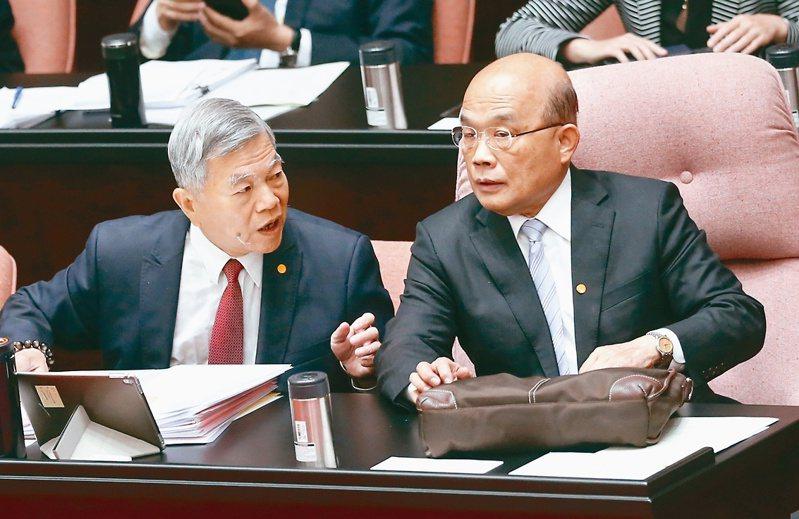針對紓困案,行政院長蘇貞昌(右)上午到立法院施政報告並備詢時,頻頻與經濟部長沈榮津(左)交換意見。 記者曾學仁/攝影