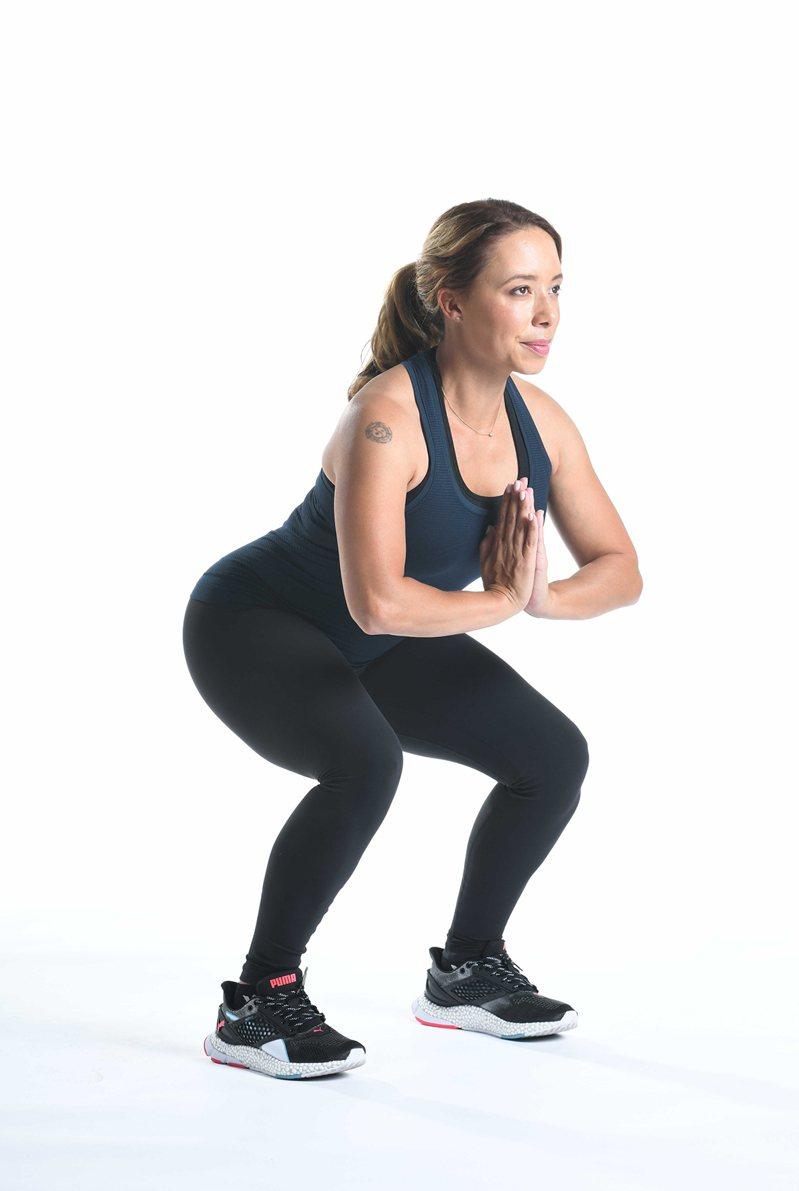 居家防疫也不忘運動,深蹲可鍛鍊臀腿功能,強健身體。 圖/賀寶芙 Herbalife Nutrition 提供