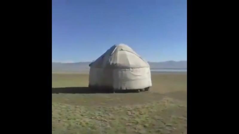 吉爾吉斯的遊牧民,原本就有將帳篷扛在身上移動的文化傳統。圖/Twitter