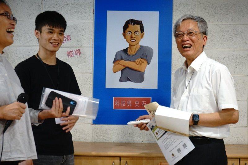清大講座教授史欽泰(右一)於清大發起「預見科技桃花源」計畫,他常與年輕人對話,期...