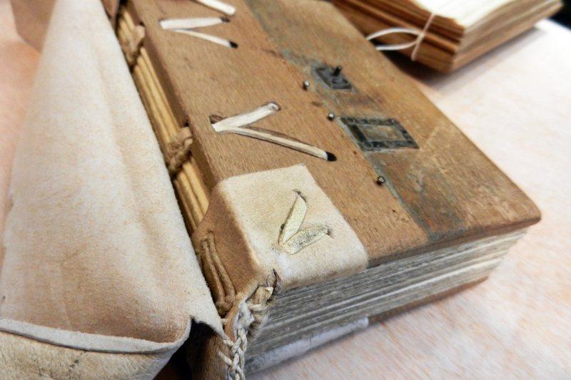 中古世紀「哥德式裝幀」的製作過程。 圖/作者提供