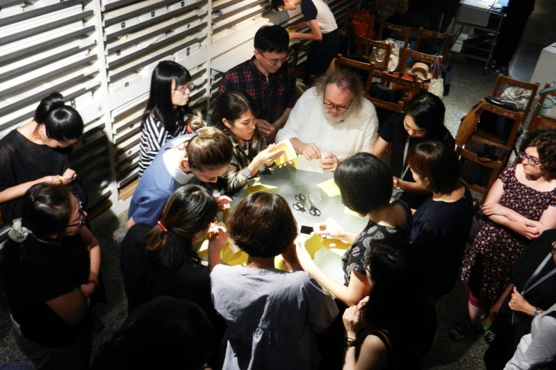 2019年8月,法國史特拉斯堡古籍修復大師莫里斯.所羅門來台舉辦古書裝幀講座暨工作坊。 圖/作者提供