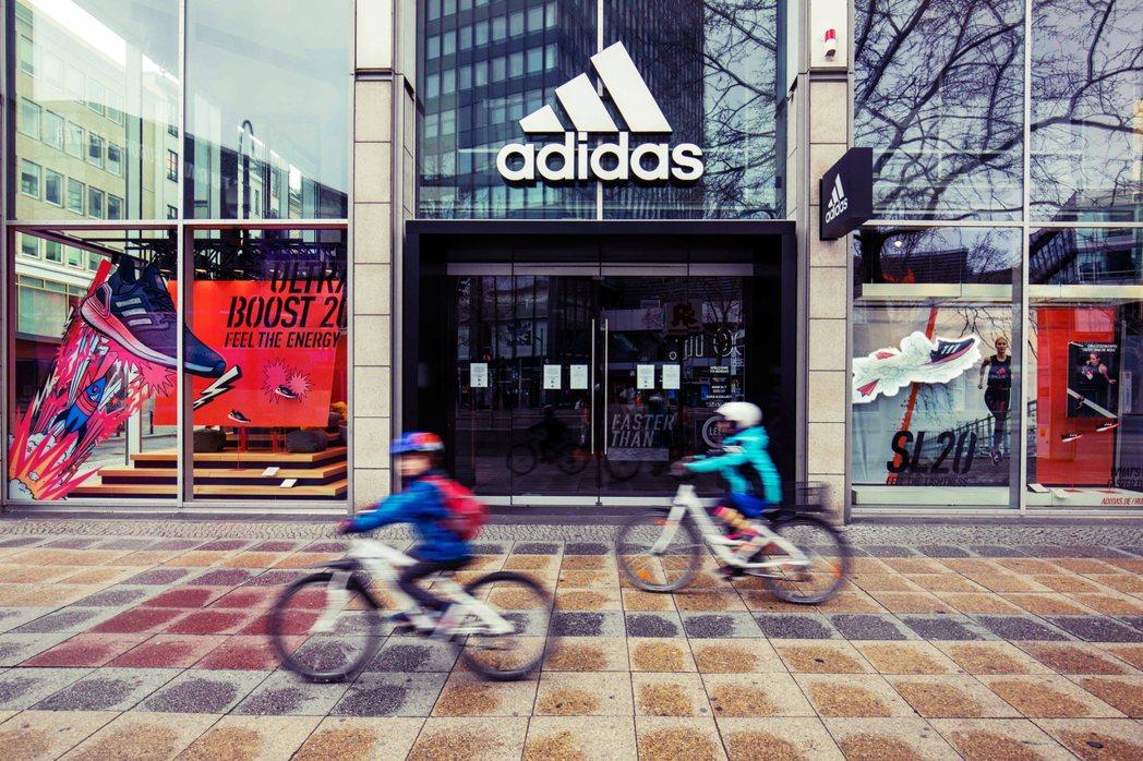 Adidas 暫緩繳租,依據的是德國聯邦政府甫於上周緊急通過生效,因應新型冠狀病...