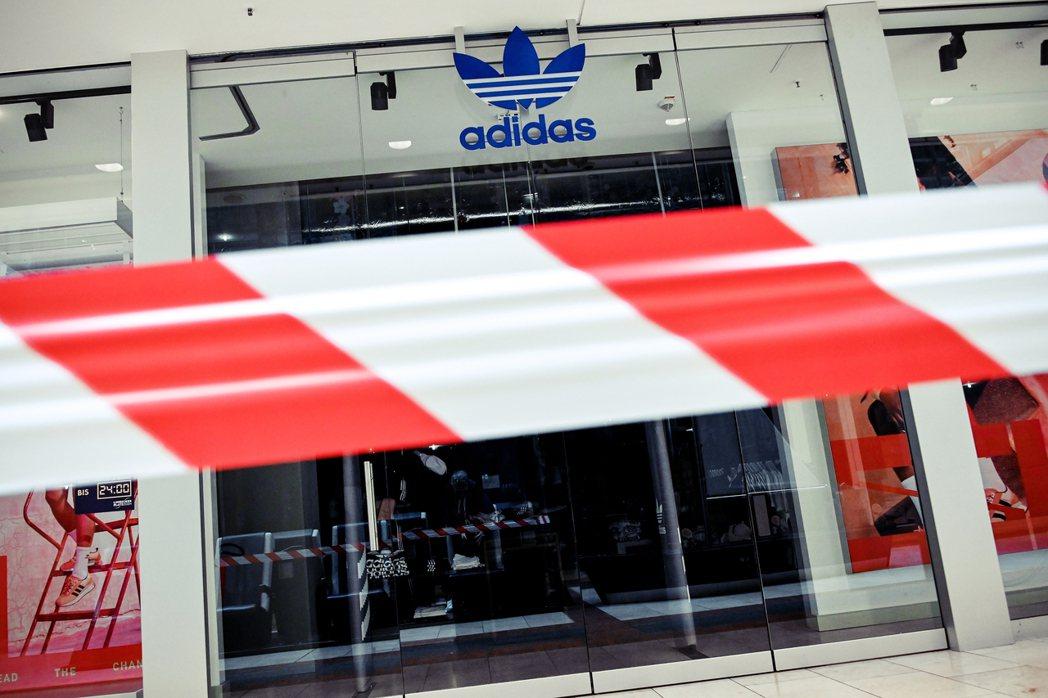 《明鏡》的專欄社論在文章標題用詞直白地批評 Adidas 「濫用」法案。 圖/歐...