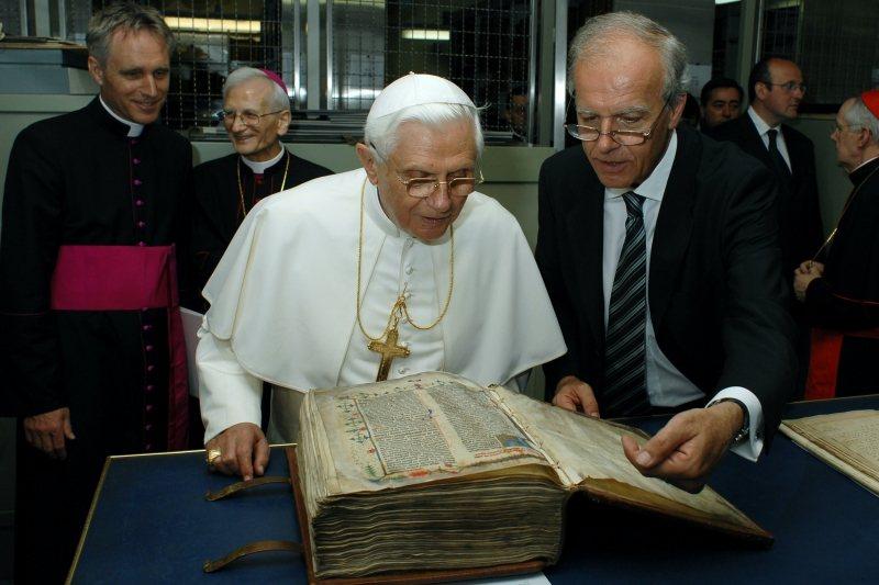圖為教宗本篤十六世閱覽《古騰堡聖經》,攝於2007年,梵蒂岡宗座圖書館。 圖/法新社
