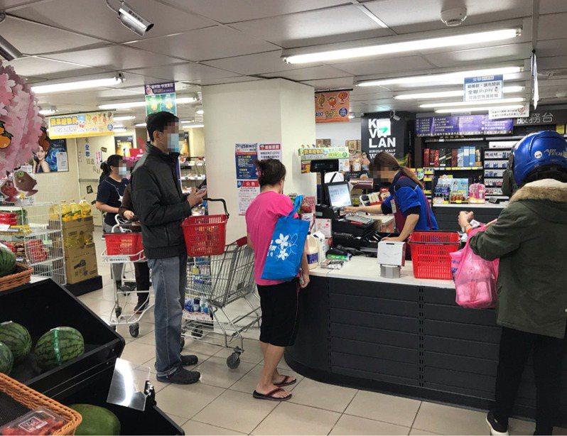 一名網友抱怨每次去全聯購物,結帳總是要排隊。 圖擷自PTT WomenTalk